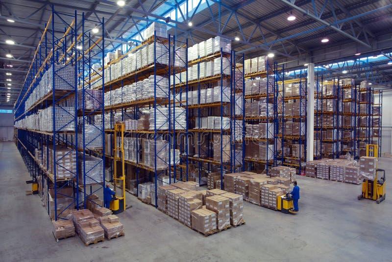 El empaletar con los productos alimenticios se coloca en las mercancías de un estante del estante warehous fotos de archivo libres de regalías