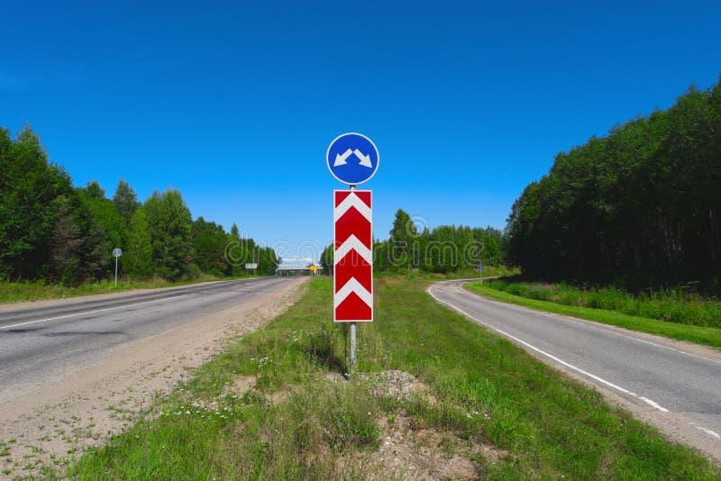 El empalme, bifurcación, partió flechas de la señal de tráfico dos, elige foto de archivo