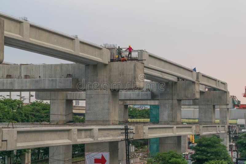 El emplazamiento de la obra del tren de cielo resalta Bangsue-Rangsit foto de archivo