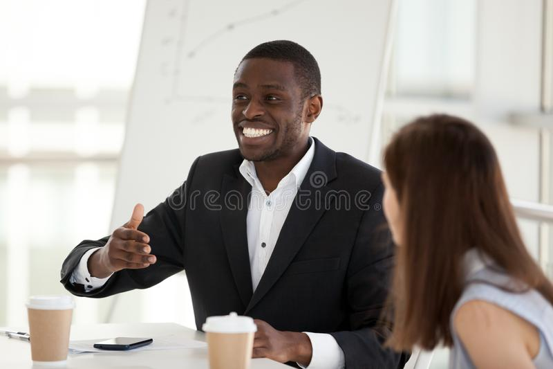 El empleado afroamericano emocionado me habla emocional en el negocio fotos de archivo
