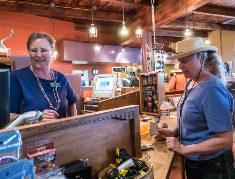 El empleado de la tienda de regalos espera en un cliente en el desierto del Arizona-Sonora fotos de archivo libres de regalías