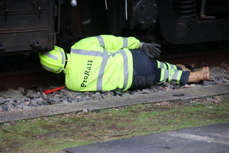 El empleado de Prorail está trabajando en un descarrilamiento de un tren foto de archivo libre de regalías