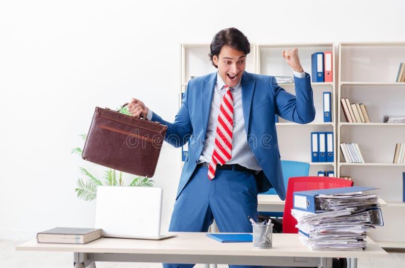 El empleado de sexo masculino feliz joven en la oficina fotografía de archivo