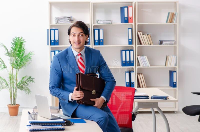 El empleado de sexo masculino feliz joven en la oficina foto de archivo