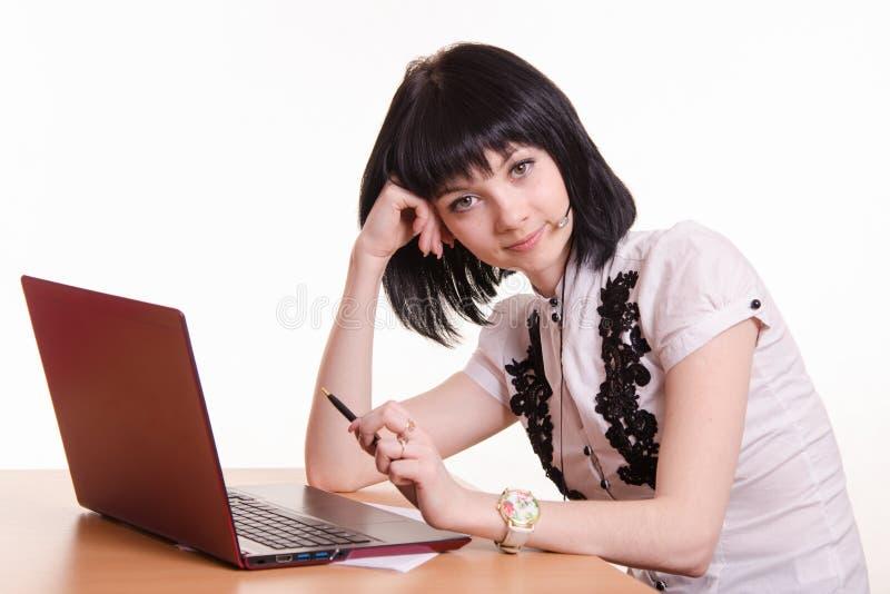 El empleado del centro de atención telefónica en el escritorio descansa su cabeza encendido fotos de archivo libres de regalías
