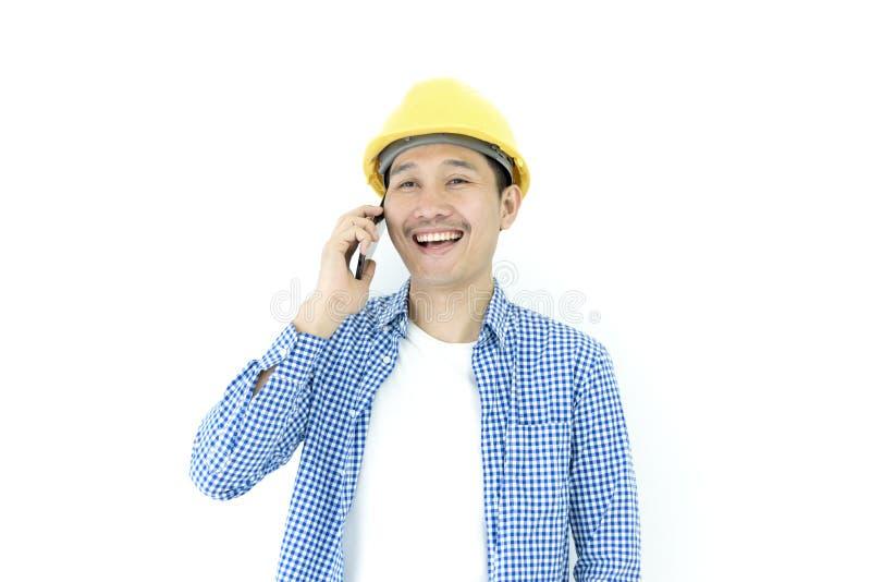El empleado del ingeniero del hombre de negocios con la camisa azul de scott aislada tiene hablar para trabajar y planear al lado fotografía de archivo