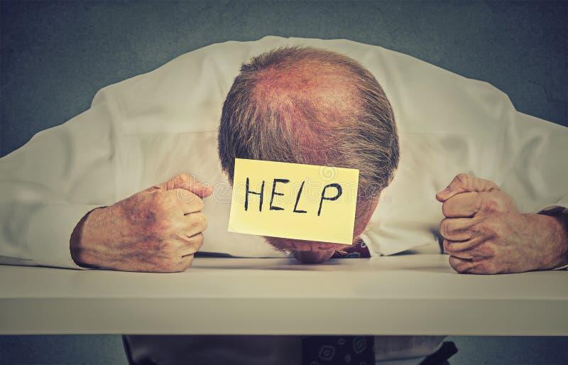 El empleado mayor cansado, subrayado necesita ayuda fotos de archivo libres de regalías