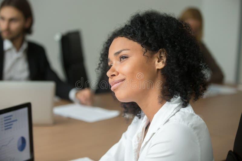 El empleado negro distraído soñador que hace carrera planea en el equipo imagenes de archivo