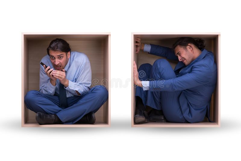 El empleado que trabaja en espacio apretado foto de archivo
