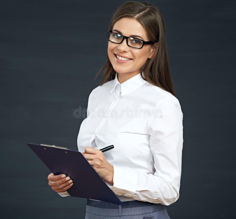 El empleado social sonriente de la mujer escribe en el tablero imagen de archivo