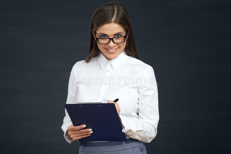 El empleado social sonriente de la mujer escribe en el tablero fotos de archivo libres de regalías