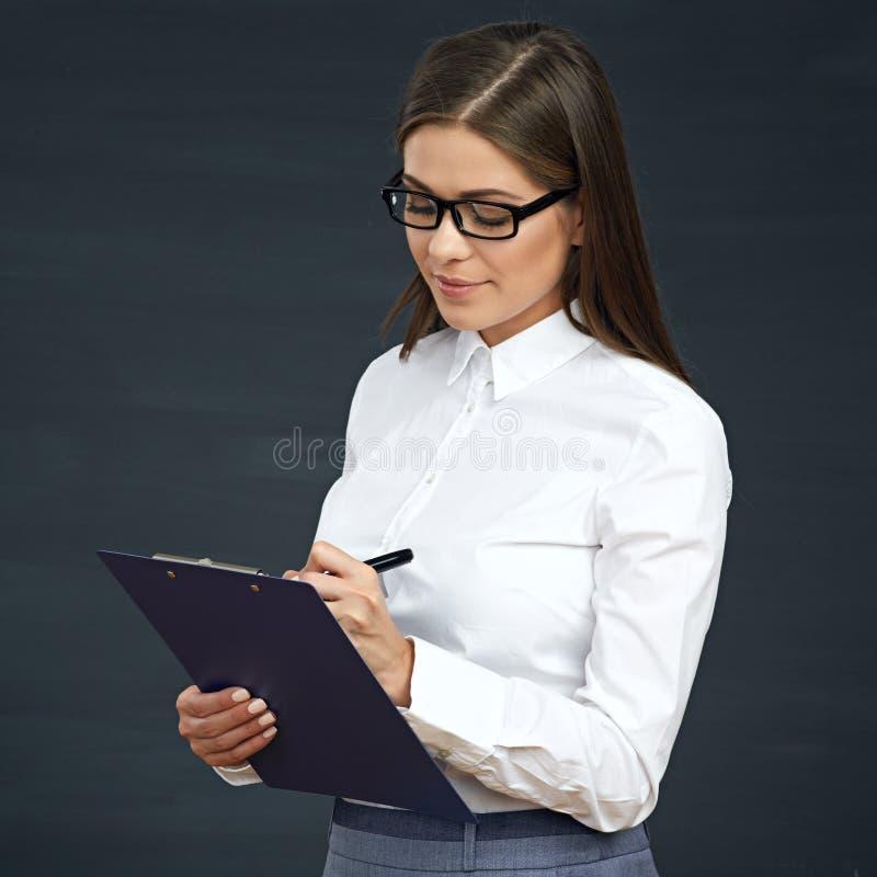 El empleado social sonriente de la mujer escribe en el tablero imagenes de archivo