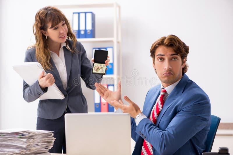 El empleado sordo que usa el audífono que habla para dirigir fotos de archivo libres de regalías