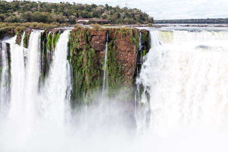 El emplear un acantilado sobre la cascada La opinión del invierno de la garganta del diablo de las cataratas del Iguazú debajo de fotografía de archivo libre de regalías