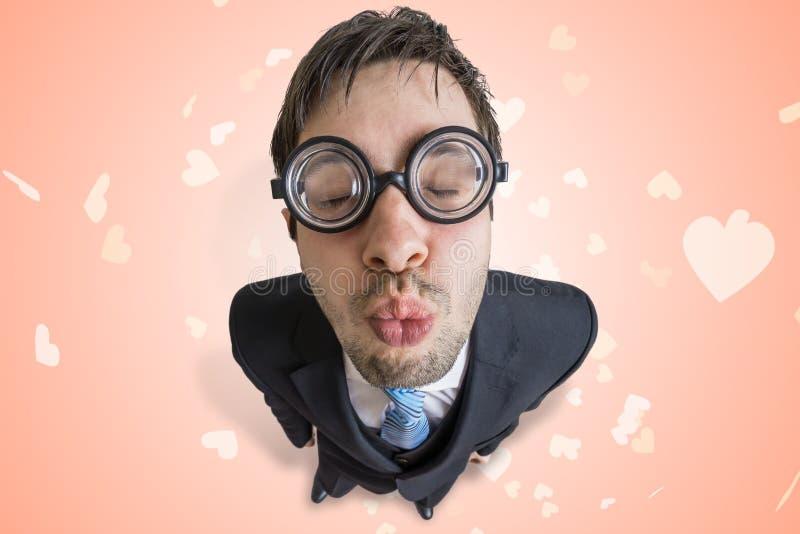 El empollón o el friki joven divertido está dando un beso foto de archivo libre de regalías