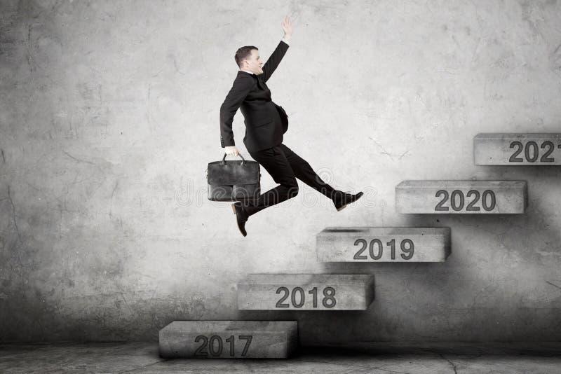 El empresario de sexo masculino sube para numerar 2019 en las escaleras imagenes de archivo
