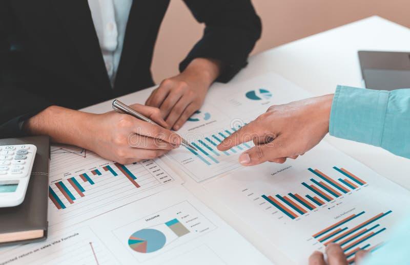 El empresario y el equipo financiero están analizando los resultados de las operaciones y calculando los ingresos y gastos de la  fotografía de archivo libre de regalías