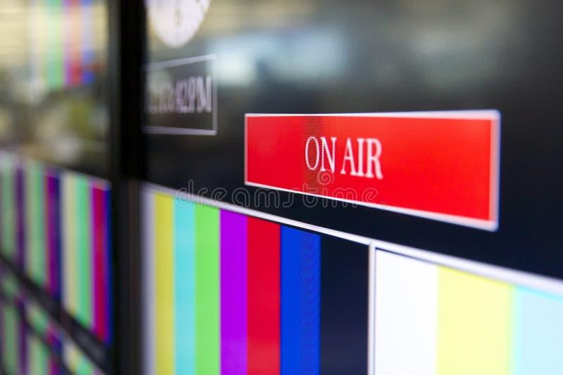El En-aire firma adentro una sala de control de la televisión fotos de archivo libres de regalías