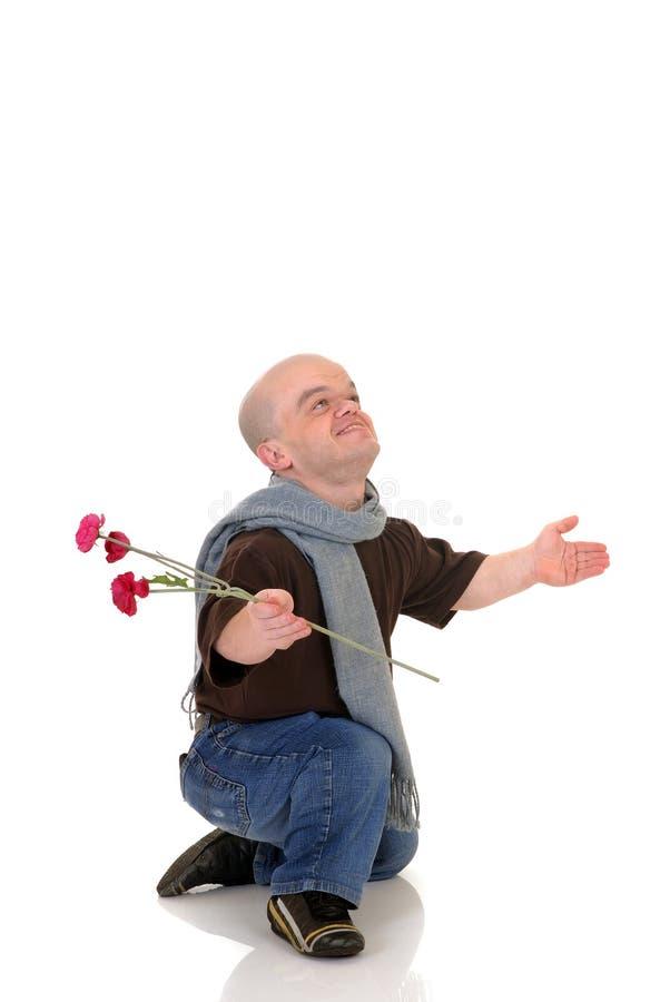 El enano, pequeño hombre con se levantó imagen de archivo libre de regalías
