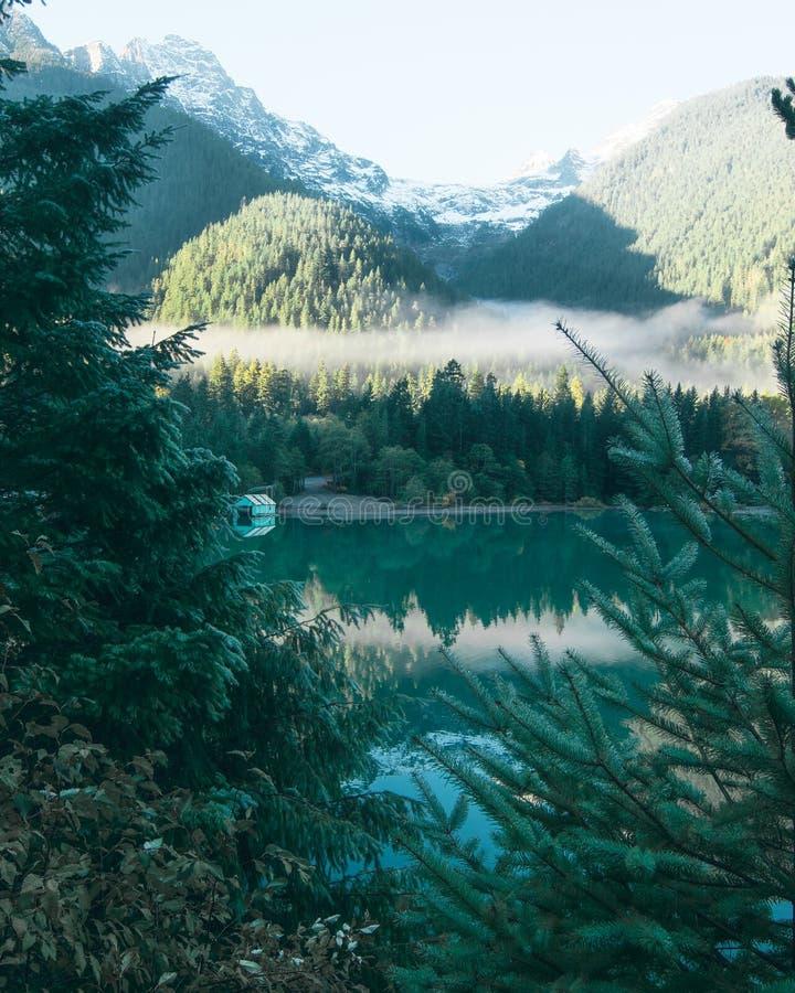 El enarbolar a través de los árboles en una casa barco pintoresca fotografía de archivo
