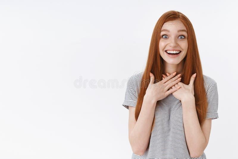 El encantar agradecido sorprendió los ojos azules sonrientes felices del pelo largo del jengibre de la muchacha del pelirrojo que imagen de archivo
