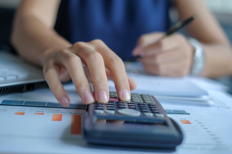 El encargado calcula la carta financiera del informe y del gráfico foto de archivo