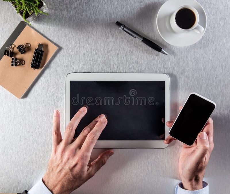 El encargado da el tacto de su tableta digital para la negociación, sobre la visión foto de archivo libre de regalías