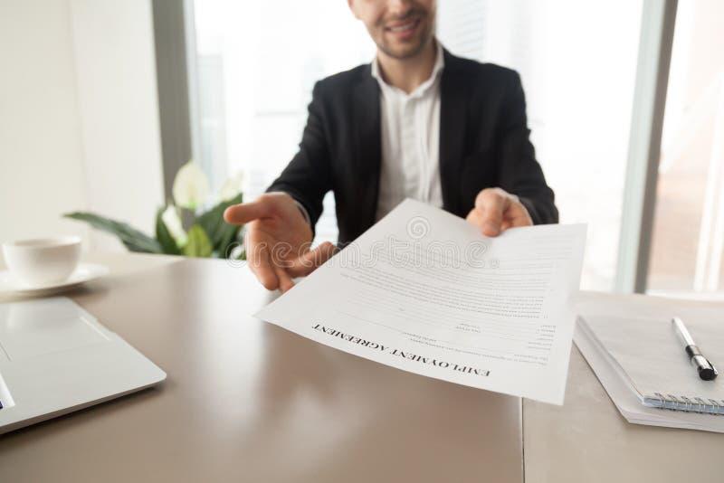El encargado del reclutamiento ofrece el acuerdo de empleo foto de archivo libre de regalías