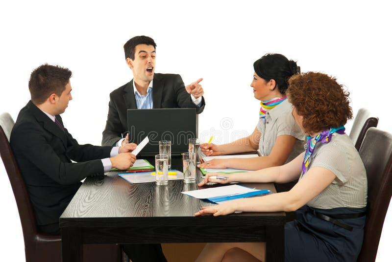 El encargado discute al empleado en la reunión imagen de archivo
