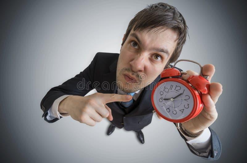 El encargado enojado está mostrando el reloj Concepto de la disciplina Visión desde la tapa fotos de archivo libres de regalías