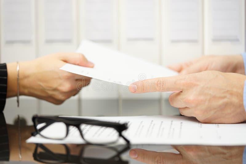 El encargado está dando la terminación del empleado del contrato para leer fotos de archivo libres de regalías