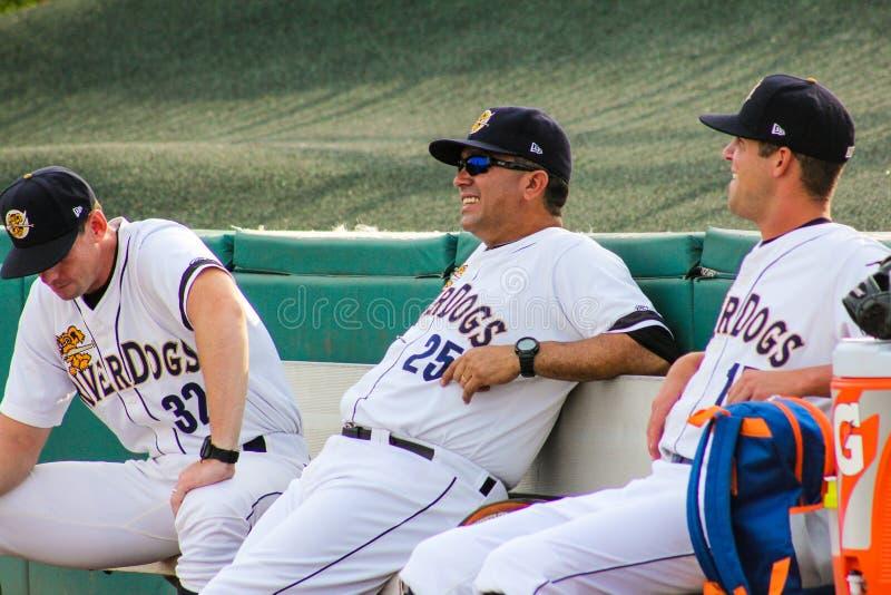 El encargado Luis Dorante y el entrenador de pitchers Tim Norton se relajan antes de juego-tiempo imagen de archivo