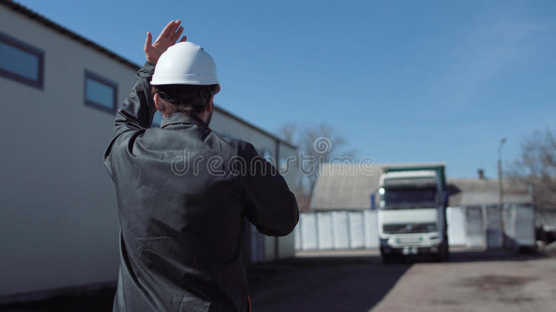El encargado que lleva el camión fotos de archivo