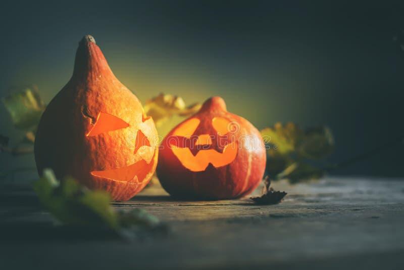 El enchufe de la cabeza de la calabaza de Halloween se va de madera fotos de archivo