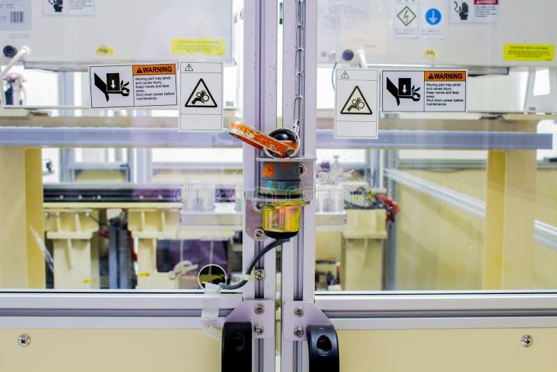 El enchufe de la seguridad en la puerta de la maquinaria de la máquina usada en tiempo de trabajo fotos de archivo