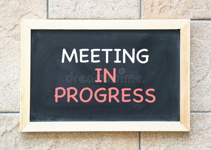 El encuentro en curso, palabras imprimi? en una pizarra imagenes de archivo