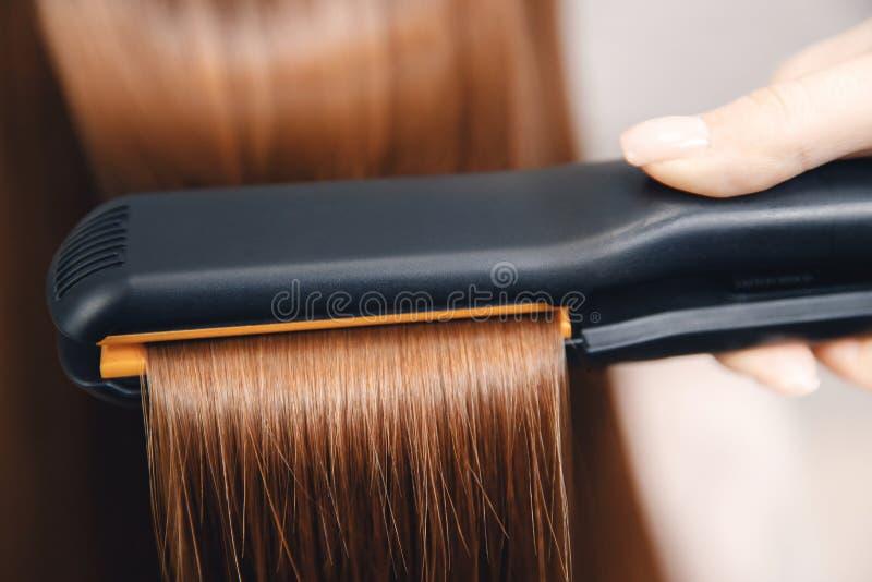 El enderezarse del pelo Peinado y cuidado profesionales en salón de belleza del balneario fotos de archivo libres de regalías