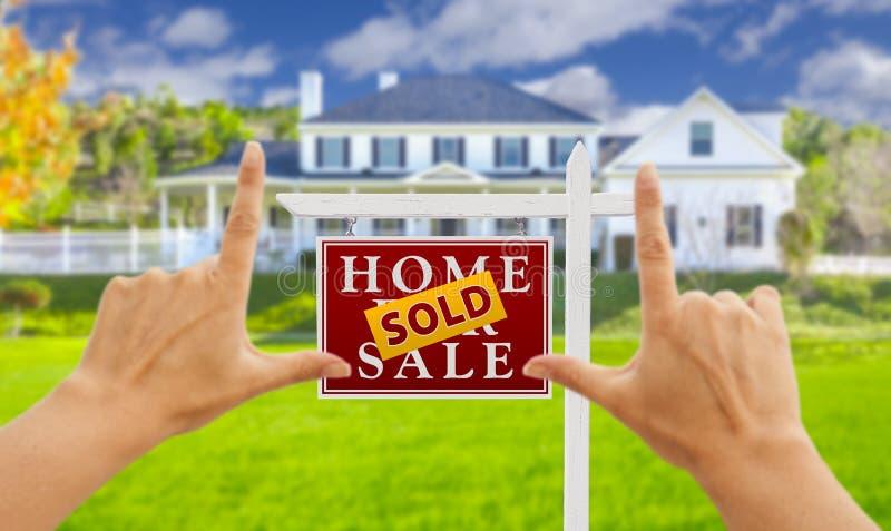 El enmarcar de las manos vendido para la muestra y la casa de Real Estate de la venta imagen de archivo libre de regalías