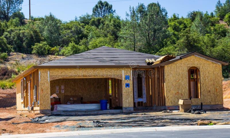 El enmarcar de madera del nuevo hogar bajo construcción foto de archivo