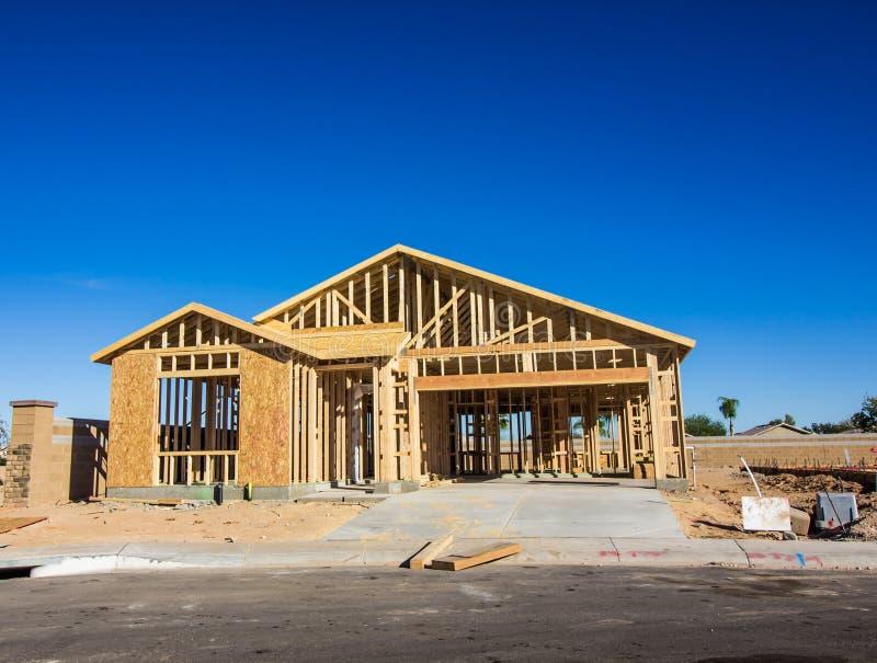 El enmarcar de madera en la nueva construcción casera foto de archivo