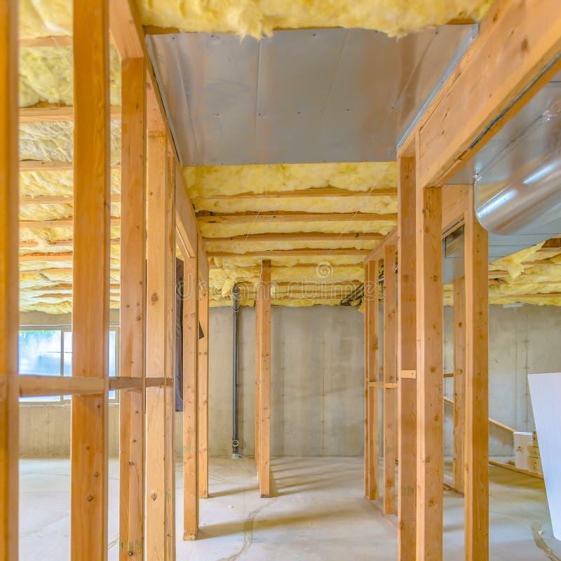 El enmarcar de madera interior de la casa bajo construcción fotos de archivo