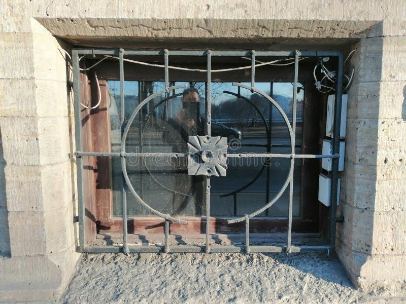 el enrejado con un modelo de un sótano y de una reflexión fotos de archivo libres de regalías
