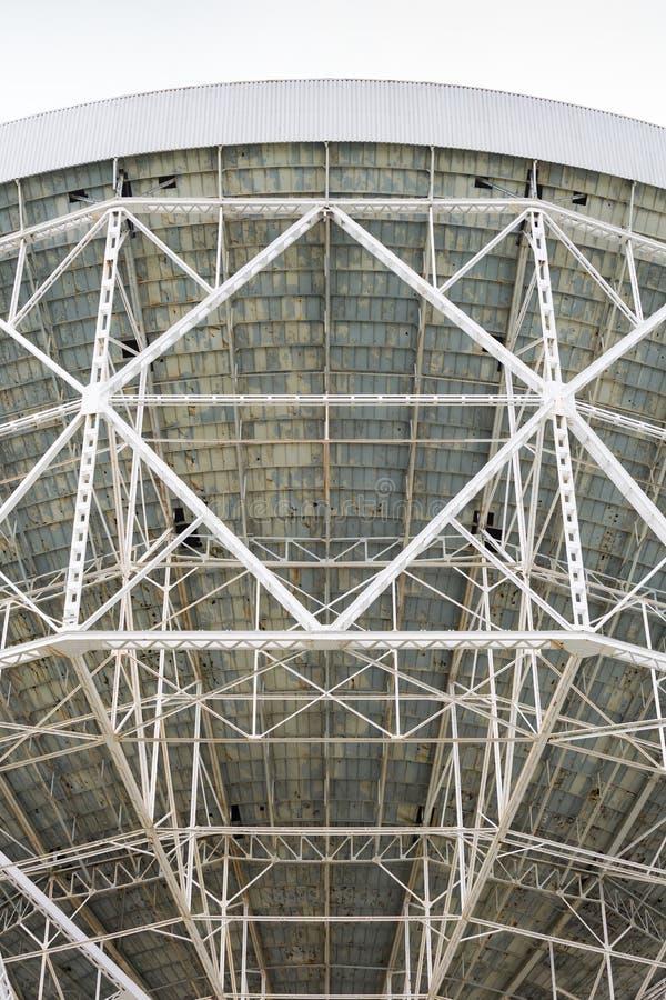 El enrejado de acero encendido apoya del telescopio de radio foto de archivo