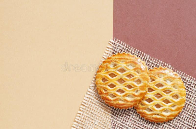 El enrejado remató los pasteles con una recogida de manzanas imagen de archivo libre de regalías