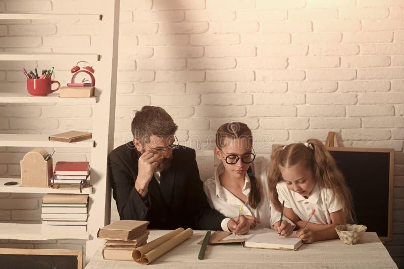 El enseñar casero y de nuevo a concepto de la escuela Profesores y colegiala fotos de archivo