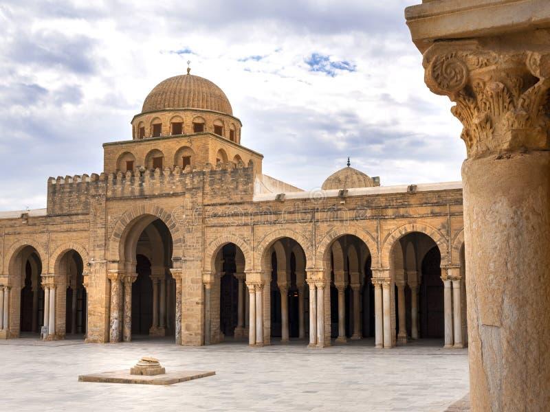 El enterance de la yarda de la corte a la gran mezquita de Kairouan Túnez foto de archivo libre de regalías