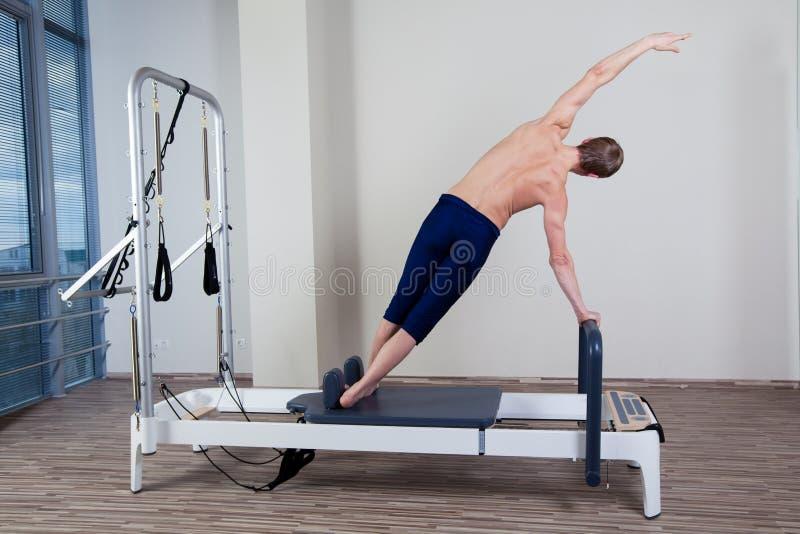 El entrenamiento del reformador de Pilates ejercita al hombre en el gimnasio fotografía de archivo libre de regalías