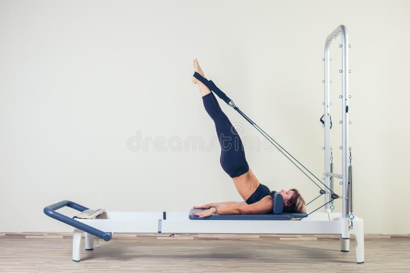El entrenamiento del reformador de Pilates ejercita morenita de la mujer fotografía de archivo libre de regalías
