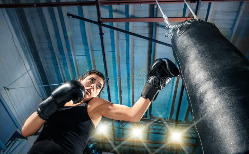 El entrenamiento femenino del boxeador en el gimnasio imagen de archivo libre de regalías