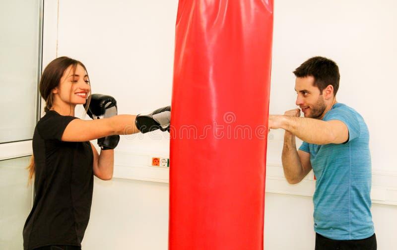 El entrenamiento femenino del boxeador en el gimnasio imagen de archivo